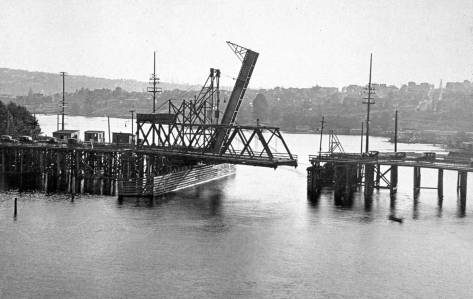 clip Latona-two-bridges-swing-and-life-lk-west-from-U-Bridge-ca1917